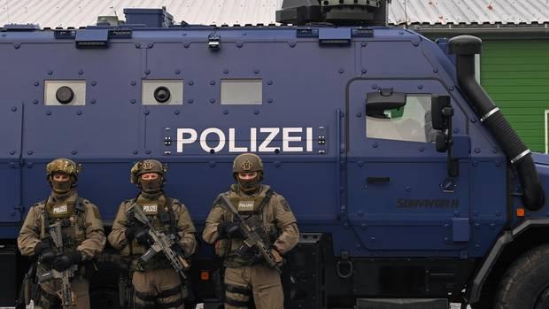 """Bewaffnete Polizisten des SEK stehen während der Präsentation des neuen Panzerwagens """"Survivor R"""" in Leipzig vor dem Fahrzeug"""