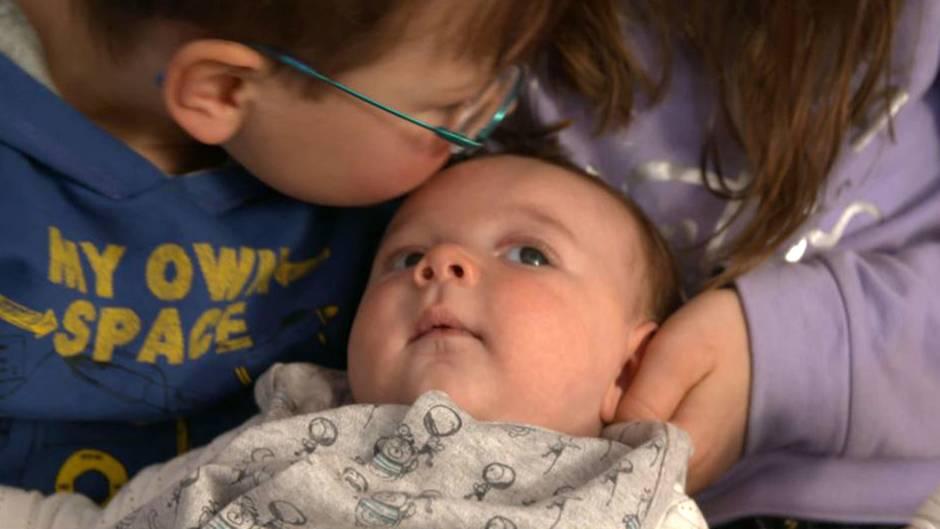 Mattheos Geschwister sind an seiner Seite: Der zwei Monate alte Junge muss wegen seines seltenen Immundefekts bereits um sein Leben kämpfen.