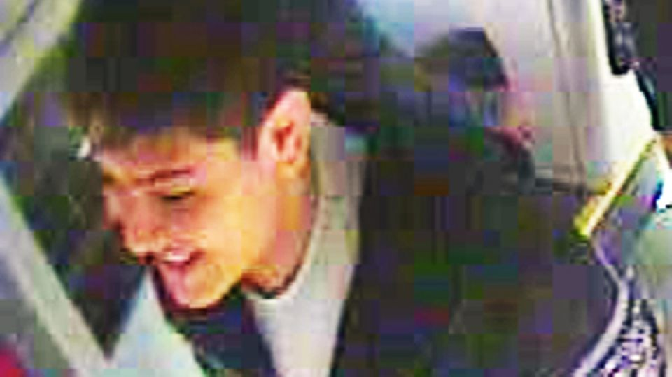 Die Kölner Polizei sucht diesen Teenager, der einen 52-jährigen Fahrgast niedergetreten hat