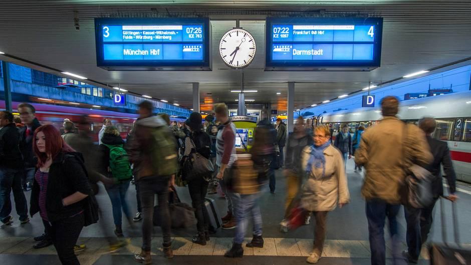 Die Zahl der Anträge von Bahnreisenden bei der Schlichtungsstelle für den öffentlichen Personenverkehr (SÖP) kletterte 2017 sogar um 16 Prozent, nachdem sie in den letzten drei Jahren stets leicht zurückgegangen war.