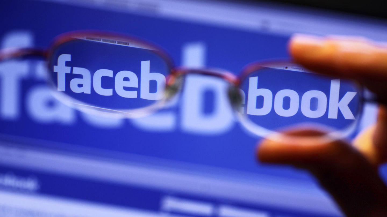 Facebook-Startseite durch eine Brille betrachtet