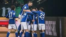Irgendwo da drin muss Max Meyer stecken, der das entscheidende 1:0 für Schalke gegen Köln im DFB-Pokal geköpft hat