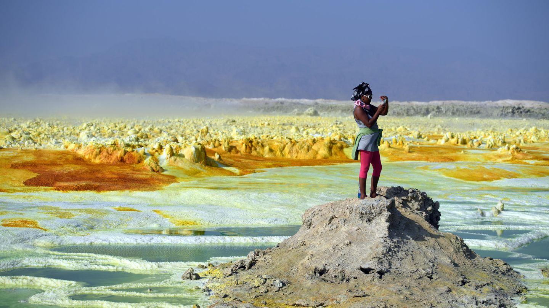 Januar    Dallol, Äthiopien. Die Danakil-Senke ist eine der heißesten und unwirtlichsten Gegenden der Erde. Bis zu 50 Grad Celsius herrschen auf der 100 Meter unterhalb des Meeresspiegels liegenden Ebene. Doch die surreale Landschaft zieht trotzdem Touristen an, die sich auch in der sengenden Hitze ein Selfie nicht verkneifen können.