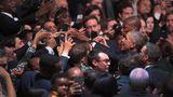 Januar    Chicago, USA. Die Präsidentschaft Barack Obamas ist bald Geschichte: Mit einer großen Rede wandte er sich noch ein letztes Mal an die Amerikaner. Im Anschluss wollten viele Hände geschüttelt werden.