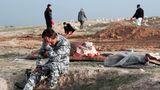 März    Mossul, Irak. Nach der Entdeckung eines Massengrabs in einem Gebiet, das bis vor kurzem vom IS-Truppen besetzt war, versucht dieser Polizist, sich zu sammeln und den Horror zu verarbeiten, den er soeben gesehen hat.