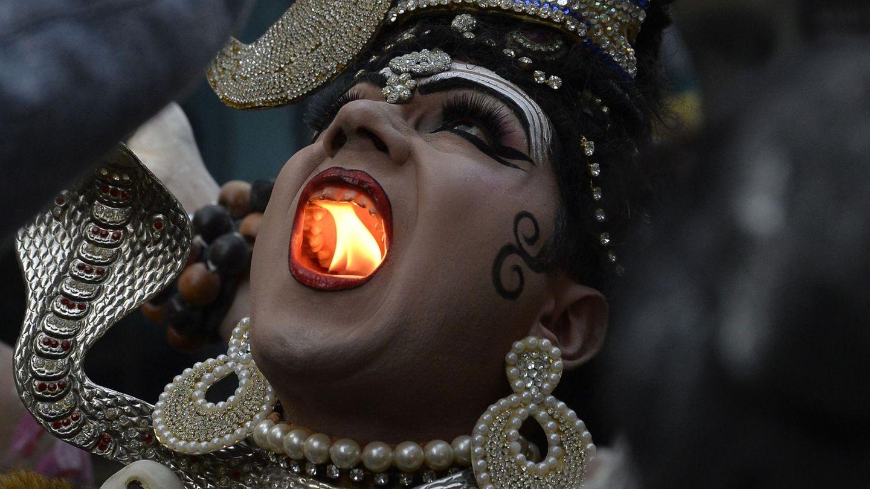 Februar    Jalandhar, Indien. Beim Mahashivratri-Festival in der nordindischen Stadt Jalandhar hält ein als Gottheit verkleideter Hindu eine Kerze in seinem Mund. Grund für dieses waghalsige Schauspiel ist die Huldigung des hinduistischen Gottes Shiva bei einem religiösen Festzug anlässlich des Festivals.