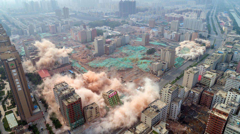 """August    Zhengzhou, China: In der Hauptstadt der Provinz Henan wurden mehr als 36 Häuser innerhalb von 20 Sekunden mit 2,5 Tonnen Dynamit zerstört. Grund der Sprengung: Es sollte Platz für ein neues Bauprojekt geschaffen werden. Die Häuser waren Teil des sogenannten """"größten Dorfs in der Stadt""""."""