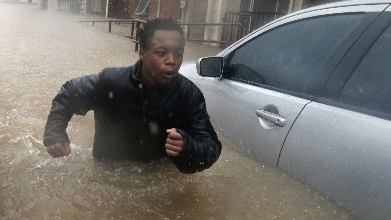 """August  Houston, USA.Der 14-jährige Deleon Gambel hat seine liebe Mühe, durch die Straßen von Houston zu kommen. Besonders im Süden des US-Bundesstaates Texas hat der Tropensturm """"Harvey"""" Überschwemmungen und Verwüstungen hinterlassen. Und so kämpft Gambel sich durch das für ihn mehr als hüfttiefe Wasser."""