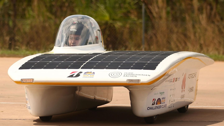 Oktober    Darwin, Australien. Es wiegt 200 Kilogramm und fährt bis zu 140 km/h schnell - und das allein mit der Kraft der Sonne. Mit diesem Solarauto startete das deutsche Team bei der World Solar Challenge.3022 Kilometer durchs das australische Outback muss das Gefährt bewältigen.
