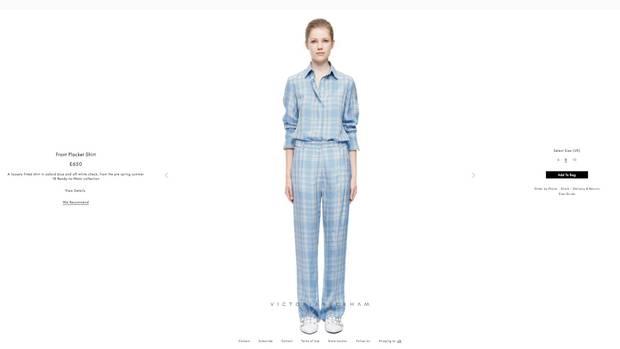 Sieht aus wie ein Schlafanzug, kostet in der Kombi aber fast 1500 Euro (ohne Schuhe) – Mode von Victoria Beckham.