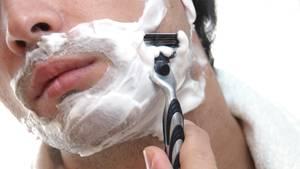 Ein Mann rasiert sich seinen Bart