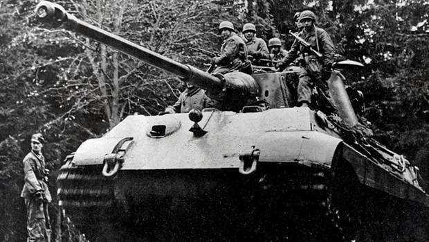 Mit überschweren Panzern wie diesem Tiger II sollten die Deutschen durch die Wälder fahren. Das Bild zeigt den Panzer 222 vor Beginn der Offensive.
