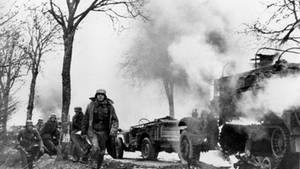 Den Alliierten fielen die Aufnahmen einer deutschen Filmcrew in die Hände. Das Bild zeigt Truppen der 1. SS-Panzerdivision beim Vormarsch in der Nähe von Poteau.