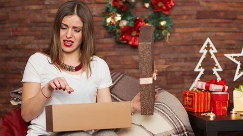 Der Gesichtsausdruck verrät: Dieses Geschenk sorgt nicht für Freude.