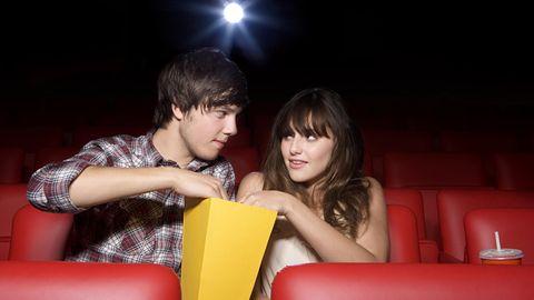 Ein Mann und eine Frau im Kino