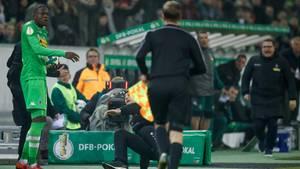 Denis Zakaria (l.) von Borussia versteht die Welt nicht mehr, während Leverkusen-Coach Heiko Herrlich (M.) sich aufrappelt