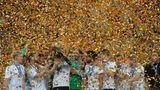 Juli    St. Petersburg, Russland. Die deutschen Spieler stehen bei der Siegerehrung nach dem gewonnenen Confed-Cup-Finale gegen Chile im obligatorischen Konfettiregen.