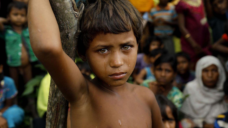 September    Bangladesch.Ein Flüchtlingsmädchen der Rohingya weint hinter der Grenze zu Bangladesch. Die Rohingyasind Muslime aus Myanmar, eine Minderheit, die das mehrheitlich buddhistische Land nicht als Bürger anerkennt. Zigtausende von ihnen sind vor Verfolgung nachBangladesch in eine ungewisse Zukunft geflohen.