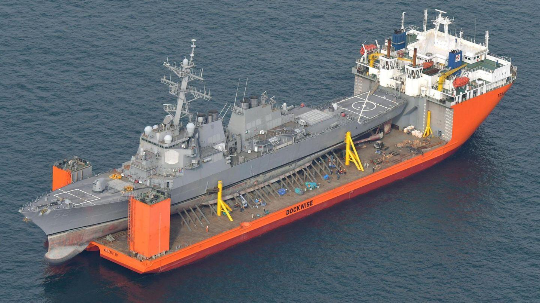 Dezember    Meer vor Japan. Der im Juni bei einer Kollision mit einem philippinischen Containerschiff beschädigte Zerstörer USS Fitzgerald der US-amerikanischen Marine wird an Bord eines Spezialtransportschiffes vom Hafen von Yokosuka (Japan) aus zur Reparatur in die USA gebracht.