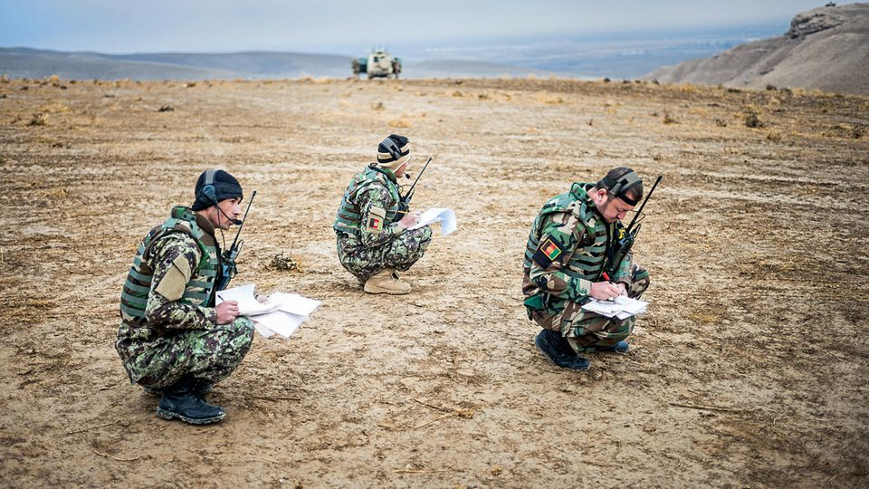 Umgang mit Kompass und Karte: Viele afghanische Soldaten sind so schlecht ausgebildet, dass sie erst einmal die militärischen Grundlagen erlernen müssen