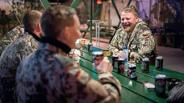 Einige deutsche Soldaten dürfen bald nach Hause. Beim Abschiedsfest gibt es Bier