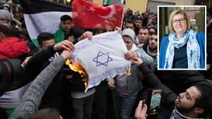 In Berlin-Neukölln zünden Demonstranten eine selbst gemachte Flagge mit Davidstern an