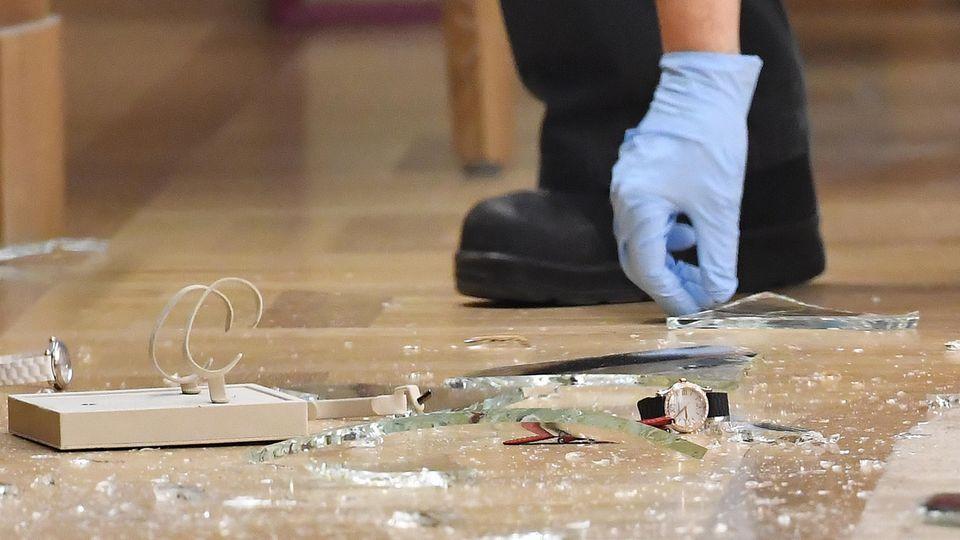 Ein Kriminaltechniker sichert in Berlin in einem Luxus-Juwelierladen am Kurfürstendamm Spuren