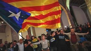 Anhänger der Unabhängigkeitsbewegung in Katalonien feiern in Barcelona den Gewinn der Wahlen zum Regionalparlament