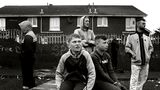 Ehrenvolle Erwähnung: Auf der Verliererstraße    Arbeitslosigkeit, Bandenkriminalität, Teenagerschwangerschaften, Drogen, Alkohol – vor allem in den ehemaligen Industriestädten des Vereinigten Königreichs gehört all das zum Leben vieler Jugendlicher, noch einmal verschärft in Schottland und Nordirland. Die Jugendarbeitslosigkeit liegt dreimal höher als im Rest der Bevölkerung, bis zu elfmal höher in besonderen Krisenzonen. Der 1977 in Esslingen geborene Fotograf Toby Binder, hat die Lage von Kindern und Jugendlichen in den klassischen Arbeitervierteln von Belfast und Glasgow, von Edinburgh und Liverpool über Jahre hinweg dokumentiert.