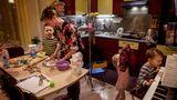 """Ehrenvolle Erwähnung:Friedliche Koexistenz    """"Du tust ja nichts, außer auf das Baby aufzupassen."""" Das war nur der gedankenlos hingeworfene Satz eines Freundes, aber er animierte die russische Fotografin Yuliya Skorobogatova zu einem Projekt, das dem angeblichen Nichtstun eine wunderbare Lebendigkeit verlieh.  Unter dem Titel """"Mama zuhause"""" portraitierte sie junge Frauen beim alltäglichen Versuch, Berufstätigkeit und Kindererziehung miteinander zu vereinen. """"Elena, Köchin, verheiratet mit zwei Söhnen, acht und vier"""" hat Skorobogatova eines der hier zu sehenden Bilder leicht ironisch genannt; ein Verweis auf die übliche Ferne der berufstätigen Ehemänner."""