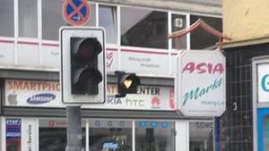 Eine recht heruntergekommene Kreuzung in Hildesheim. Durch Schmutz auf dem gelben Licht sieht es aus wie ein Herz