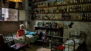 """""""Dieses Foto mit dem Titel 'Inspired by Rembrandt' ergab sich in einem Haus in Havana Centro, in das ich eingeladen wurde. Dort fand ich diese Szene vor. Der 'ältere Herr' (er ist zwei Jahre jünger als ich) hat sich über die vielen Jahre ein Sammlung mit leeren Flaschen angelegt."""""""