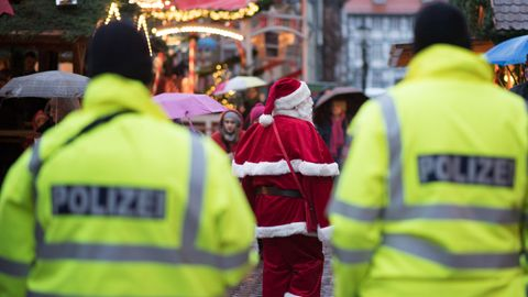 Alarm in Bonn: Zwei Poliziszten auf einem Weihnachtsmarkt (Symbolbild)