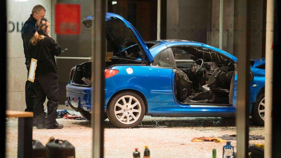 Auto rast in SPD-Parteizentrale in Berlin