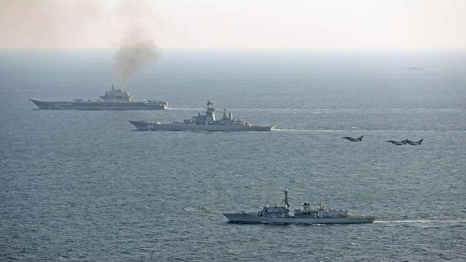 Die HMS St. Albans (Vordergrund) bei einem Einsatz Anfang Januar.