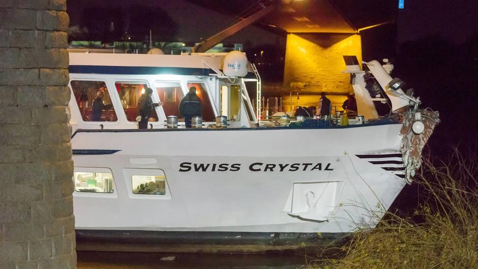 Unfall auf dem Rhein: Hotelschiff rammt Brückenpfeiler bei Duisburg