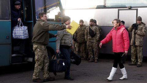 Gefangenenaustauch in der Ukraine: Die ersten ukrainischen Gefangenen steigen aus einem Bus nahe Gorliwka