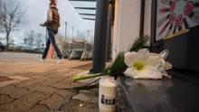 Nach dem tödlichen Messerangriff in der Drogerie in Kandeln haben Passanten Blumen und Kerzen abgelegt