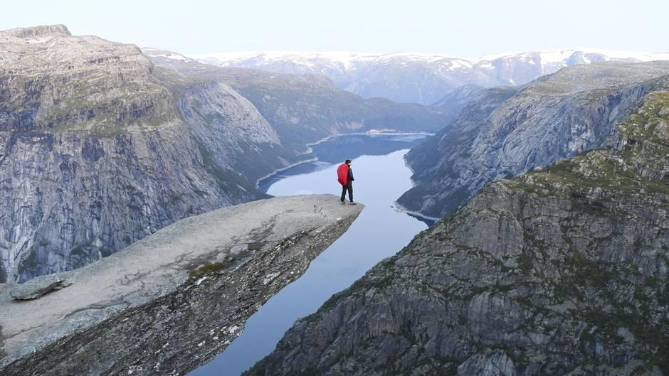 Trolltunga  Der horizontale Felsvorsprung nordöstlich von Odda am Sørfjord ragt 700 Meter über dem See Ringedalsvatnet in die Leere. Die zehn Meter lange Nase ist ein beliebtes Fotomotiv, sie ist jedoch nicht einfach, sondern nur durch eine lange Wanderung zu erreichen.  Infos: www.visitnorway.de