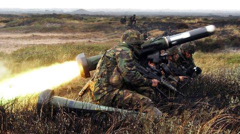 Die Rakete beim Abschuss. Im Vordergrund liegt ein weitere Waffe.