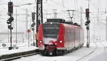 16-Jähriger aus München stirbt durch Stromschlag: Ein Zug fährt in einen Bahnhof, darüber sind Oberleitungen zu sehen.