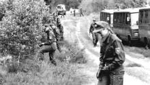 Polizisten durchkämmen nach einem der Morde die Göhrde (Archivbild)