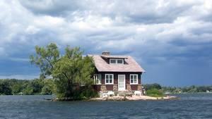 Ein einstöckiges Haus und ein Bäumchen stehen auf einer Insel im St. Lorenz-Strom