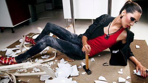 Frau zerstört Wohnzimmer Küche