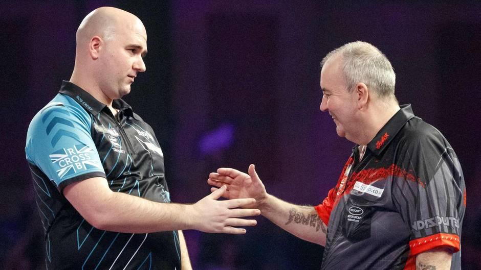 Darts-WM: Shakehands zwischen neuem Weltmeister Rob Cross und Legende Phil Taylor