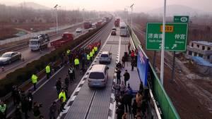 China: Erste Solarfahrbahn lädt E-Autos während der Fahrt auf