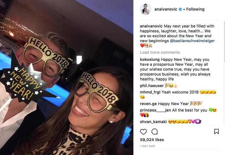 Bastian Schweinsteiger und Ana Ivanovic tragen lustige Jahresend-Brillen