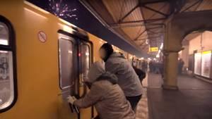 """Sprayer der Formation """"1UP"""" besprühen an der U-Bahnstation Schlesisches Tor einen Zugwaggon"""