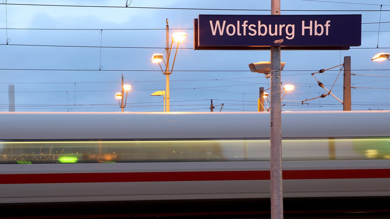ICE rauscht in Wolfsburg durch