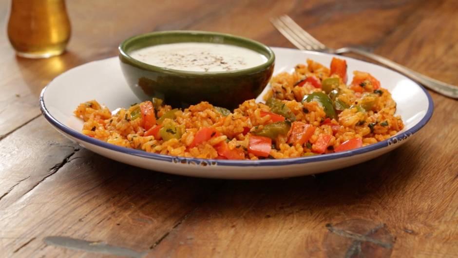 Vegetarische Raffinesse: Diese Paprika-Reispfanne mit Joghurtsauce ist einfach nur lecker - und gesund